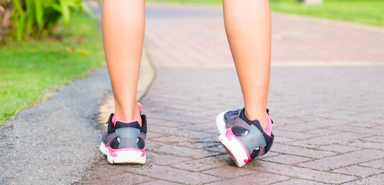 distorsione alla caviglia donna con scarpe da ginnastica