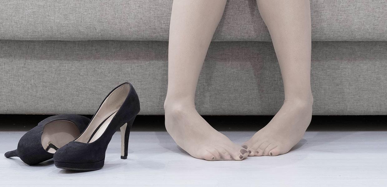 piedi-doloranti-con-scarpe-con-il-tacco-min
