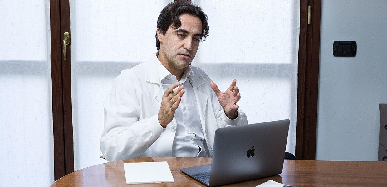 dr-federico-usuelli-ricerca-scientifica-al-tavolo-min