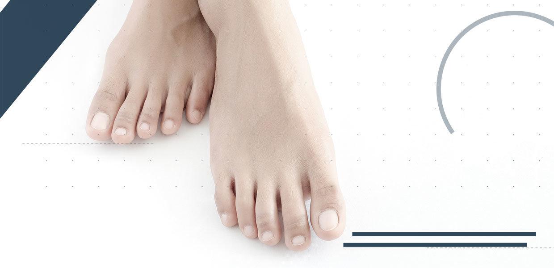 il-piede-cavo-sfondo-bianco-min