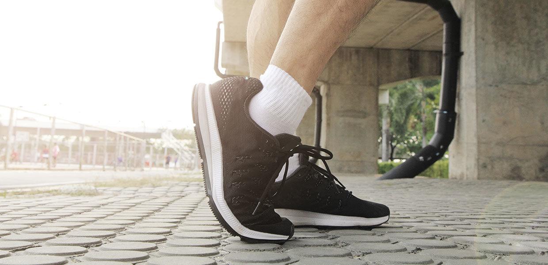 artrosi-di-caviglia-piede-dello-sporitvo-scarpa-nera-min